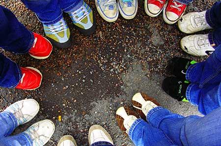 Personen bilden einen Kreis, Blick auf die Füsse