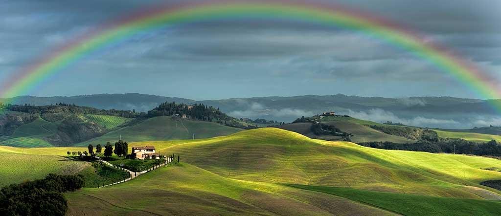 Regenbogen und Blick in die Landschaft