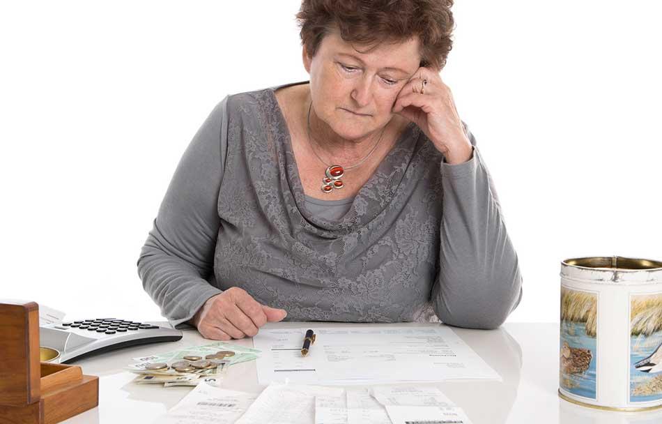 Frau beim Rechnen - allgemeine Sozialberatung