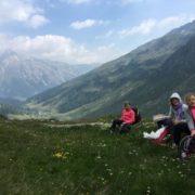 Schulsozialarbeiterinnen des Diakonischen Werks im Landkreis Lörrach wandern mit zehn Mädchen von der Schweiz nach Italien